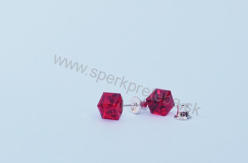 Swarovski napichovacie náušnice kocka červenej farby Crystal Siam 619108f885d