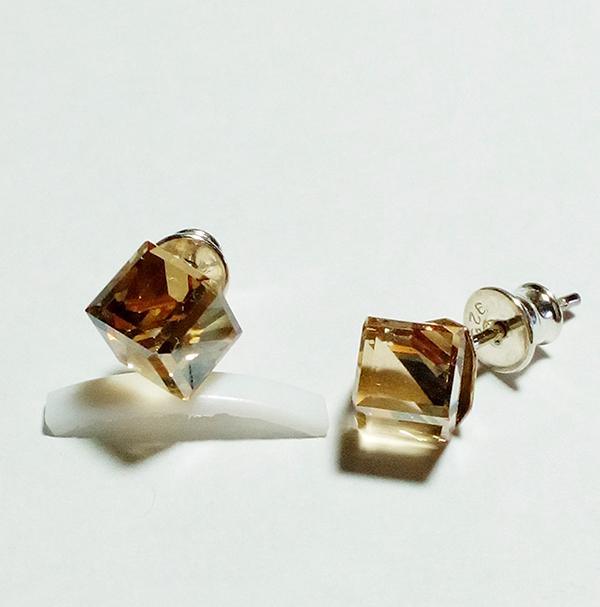 11c1ddd2a Swarovski napichovacie náušnice kocka zlatej farby Crystal Golden Shadow